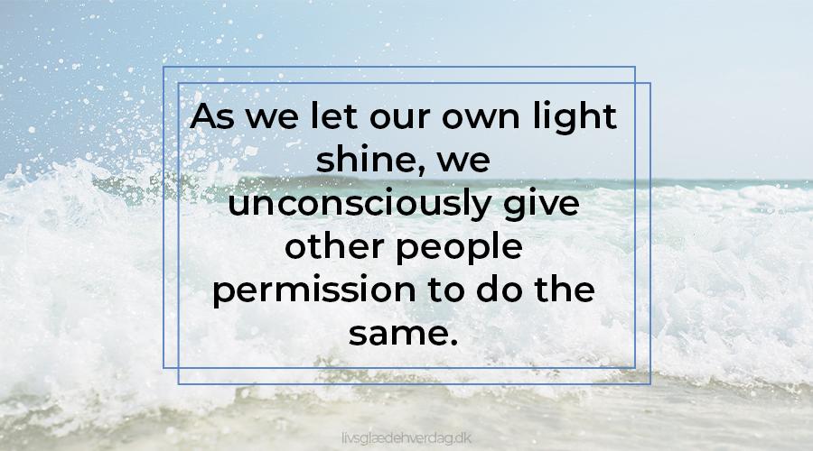Bølge med skumsprøjt og teksten: As we let our own light shine, we unconsciously give other people permission to do the same